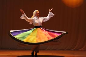 Asita tanzt einen Derwischtanz - Drehtanz - Tanura auf der Bühne.