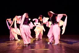 Show Moon over Cairo mit dem Ensemble, das Muwashahat - Arabisch andalusischen Tanz zeigt