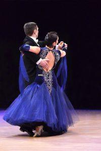 Gesellschaftstanz - ein Standarttanz Paar, das über die Tanzfläche tanzt