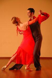 Gesellschaftstanz - ein Paar, das in einer Tanzpose steht.