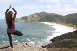 Yoga - Ruhe für Sie mit einer Yogastunde mit Blick über eine felsige Meeresbucht